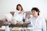 、和快乐的人住得近  和快乐的人交往也会让你更快乐。如果这个人住得离你很近,在800米之内,会增加你42%的快乐感;如果超过3200米,这种快乐感会下降22%。