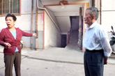 9月22日,河南洛阳,住该门洞的居民在地下室外讲述看到警察解救被囚女子经过。