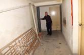 9月22日,河南洛阳,住该门洞的居民指认李浩所购地下室。