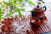 六、平时爱喝热饮料  手捧一大杯热茶或热咖啡,会让人从身体到心里都觉得温暖,这种温暖会导致人的想法更积极、更阳光。研究表明,爱喝热饮的人比爱喝冷饮的人更友善、慷慨,更容易信任他人。
