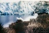 1911年,澳大利亚地质学家道格拉斯·莫森和他的科学家探险队从霍巴特启程前往一无未知的南极洲,这可真算是一次奥德赛式的旅程了。他们用来进行科学考察的飞机也被毁坏了,因此,他们只好以步行或雪橇的方式进行考察。而且,他们还得被迫吃狗肉,团队的所有成员都遭受不同程度的病痛。