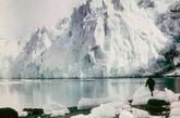 """南极绝大部分地区降水量不足250毫米,仅大陆边缘地区可达500毫米左右。全洲年平均降水量为55毫米,大陆内部年降水量仅30毫米左右,极点附近几乎无降水,空气非常干燥,有""""白色荒漠""""之称。"""