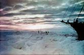 南极洲的气候特点是酷寒、风大和干燥。全洲年平均气温为-25℃,内陆高原平均气温为-56℃左右,极端最低气温曾达-89.8℃,为世界最冷的陆地。全洲平均风速17.8米/秒,沿岸地面风速常达45米/秒,最大风速可达75米/秒以上,是世界上风力最强和最多风的地区。