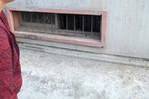 9月22日,河南洛阳,住该门洞的居民说:这个就是李浩囚禁性奴的地下室窗口。