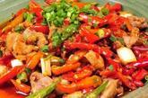 辛辣食物 其实,除此以外,晚餐吃辛辣食物也是影响睡眠的重要原因。辣椒、大蒜(大蒜食品)、洋葱等会造成胃中有灼烧感和消化不良,进而影响睡眠。