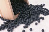 黑豆:传统的滋阴补肾佳品   又名乌豆,味甘性平,入脾经、肾经。传统中医学认为,黑豆有助于抗衰老,具有医食同疗的特殊功能。含较丰富的蛋白质、脂肪、碳水化合物以及胡萝 卜素、维生素B1、B2、烟酸等营养物质,有益于延缓衰老,养颜美容。黑豆还能有益于治疗水肿,且活血解毒。药理研究结果显示,黑豆能养阴补气,是强壮滋 补的食品。同时能很好地清除血管内的垃圾和致癌物质,预防心脑血管疾病。