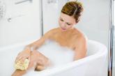 """6.总是拉上浴帘。    霉菌最爱阴暗潮湿的地方,被浴帘遮住的洗浴房就是它的""""爱巢""""。洗浴后,最好拉开浴帘,打开排气扇。"""