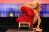 """女子巨胸能裂西瓜    47岁的苏珊·塞克斯,为短语""""裂瓜""""带来了新的意义!她的胸部重达九公斤,也许可以击倒泰森。她在西班牙的电视节目中证明,大水果根本不是她的大乳房的对手。"""