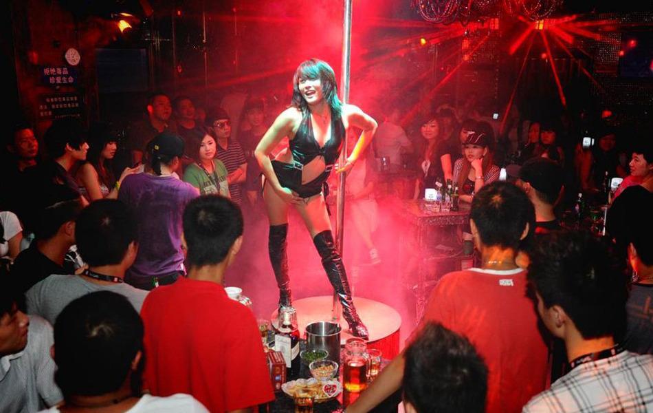 图片 视尚 > 正文  霓虹灯闪烁的汉口青岛路19酒吧,在节奏强劲的dj