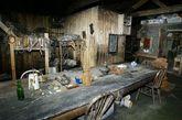 """南极暗室:在斯科特探险队的木屋,专家找到了一个冲洗胶卷的暗室,以及8000多件文物——其中大部分仍完好无损。斯考特的船员包括生物学家、地质学家和其他科学家们——他们所携带得科学仪器大部分还都保存在小木屋里。""""当你进入小屋,感觉好像探险家们才刚刚出去似的。""""南极文物信托的摩根说。"""