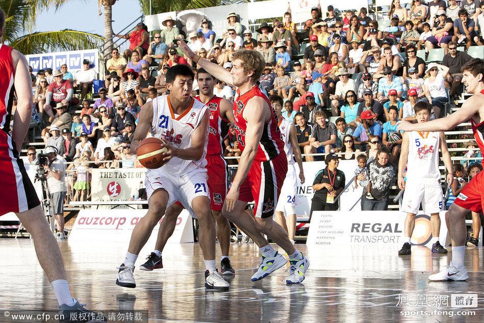 澳洲海滩篮球邀请赛姚明带队比赛[高清大图]