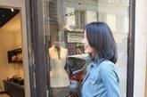 近日高圆圆亮相巴黎时装周看秀,身穿牛仔休闲上衣到Shiatzy Chen店中挑选服饰心情大好,招牌笑容优雅灿烂,挑选到一身黑色小礼服,不知道是不是在为看秀做准备。