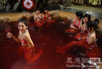 广东佛冈首现红酒温泉 美女们身着比基尼惬意浸泡