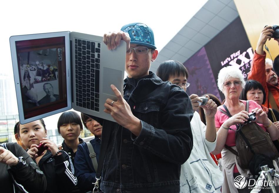 北京三里屯苹果专卖店果粉纪念乔布斯去世高清