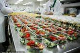 上海东方航空食品有限公司食品生产装配车间。东航食品成立于1982年,目前日均配餐量8万份左右,是国内最大的航空配餐企业。