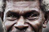 这是位于南太平洋的巴布亚新几内亚。这些人之所以长着又黄又红的牙齿,是因为他们长期咀嚼槟榔的缘故。(以下图片来源均为资料图)
