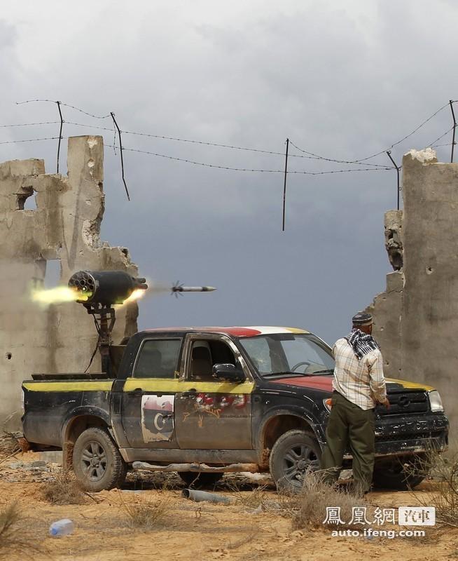 利比亚战火洗礼中的皮卡车