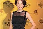 从大陆妹变身香港第一名模 大胆穿衣成就时尚圈地位
