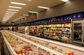 """澳大利亚人却不必为此担忧,在澳洲旅行时我惊奇的发现超市里的所有商品价格标签上不仅表明了总价,而且还标有每单位该商品的单价。例如,一大瓶2升果汁的售价是8澳币,商品标签上会写上价格""""8$"""",而在""""8$""""的下面写有""""每100毫升价格0.4$""""。同样一小瓶500毫升果汁售价2.5澳币,商品标签上则会写""""2.5$ 每100毫升0.5$""""。这样顾客一看标签,就很容易比较:如果购买大瓶果汁每100毫升能省下0.1$。"""