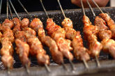 烤肉串,为啥受欢迎: 凌晨4点钟的时候,没有什么能比烤肉串更好吃的了。我们最喜欢的当然是烤羊肉串了,再撒上点孜然粉和辣椒粉,夜宵就解决了。