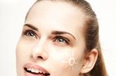 """1. 每天涂防晒霜,而不仅仅是在海滩边   纽约皮肤科医生Doris Day说:""""不管是下雨还是晴天,广谱防晒霜包含UVA和UVB的保护,每天都必须涂防晒霜以防止皮肤晒伤和皮肤癌的发生,推荐使用露得清Pure &Free液体防晒乳SPF50(一般肌肤),Kate Somerville SPF 55 防晒精华(油性肌肤),ClarinsUV Plus HP Day清透美白防晒乳SPF40(敏感性肌肤)。(图片来源:凤凰网健康)"""