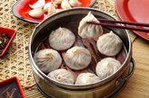小笼包,为啥受欢迎:这一种上海的经典小吃一般4块钱就能买到用泡沫盒装的8个,滑嫩可口。用它来充饥,没话说了。