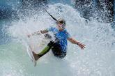 并以一个征服者的姿态,借助浪潮的推力,驾驭着冲浪板体会那种风驰电掣般划动的快感。