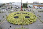 拉脱维亚上千群众试图拼出世界最大笑脸