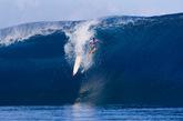 这就是冲浪爱好者在大海上搏击海浪的英姿。