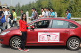 """2011年10月10日上午10时许,长沙韶山南路上演豪车追美女一幕,从雨花亭一路追到林科大附近,才将红色的轿车拦下。驾驶红色轿车的是位叫师倩的红衣女子,因为其爱车贴满了征婚启事,引来保时捷男车主的一路追随,主动上前搭讪:""""美女,我加你QQ啊!""""(文章来源:长江日报 图片来源:CFP视觉中国)"""
