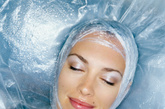 """4. 保湿     皮肤科医生Jeanine Downie说:""""保湿做足可以防止干纹出现,但并不能阻止胶原蛋白流逝带来的细纹,保湿确实是帮助提升肌肤品质的好方法,充盈了水分的肌肤弹性饱满,相比于干燥肌肤,自然比较不容易产生皱纹。推荐使用巴黎欧莱雅基因科技日晚霜(一般和干性肌肤)或Philosophy On a Clear Day Oil-Free无油保湿霜(油性肌肤)。 (图片来源:凤凰网健康)"""