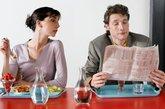 """边走边吃、边看边吃消化不良   伤胃指数:★★★   为了节省时间,很多人的早餐都是在上班路上解决的,而中餐又往往对着书本、电脑屏幕边看边吃,这样会让胃很不舒服。""""消化""""是一项紧张而繁重的工作,需要大量充足的血液,如果这时人体处于运动中,会大大分流了胃肠道的""""电力供应"""",必定会影响到它的正常消化功能,最终导致胃炎,甚至出现胃下垂。同理,边看边吃使脑部无形之中和肠胃""""争夺""""了血液,也会造成消化不良。"""