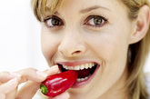 油炸的食物因为质地比较坚硬,不容易咀嚼得非常细碎和搅拌得十分均匀,会影响它在胃和小肠中的消化。食物经过油炸以后,大部分颗粒被包在油脂里,减少了和蛋白或淀粉接触的机会,因此较难消化,会加重肠胃负担,容易出现反酸、恶心等不适。