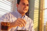 抽烟、喝烈酒、饮食不洁、药物刺激引发胃溃疡   伤胃指数:★★★★   抽烟的人以为尼古丁只会进入肺,殊不知,烟雾也会随着消化道进入胃,直接刺激胃黏膜,引起黏膜下血管收缩、痉挛,胃黏膜出现缺血、缺氧症状,长此以往,很容易形成胃部溃疡。