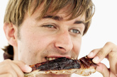 """有调查显示,经常三餐不定时者发生胃癌的危险性是正常人群的1.3倍,生气进食为1.5倍,喜食烫食为4.22倍。如果上述因素协同作用,则患胃癌的相对危险性更高。张晔说,胃是一个习惯遵守""""时间表""""的器官,胃液的分泌在一天中存在生理性的高峰和低谷,以便于及时消化食物。胃酸和胃蛋白酶如果没有食物中和,就会消化胃黏膜本身,对胃黏膜造成损害。饥一顿,饱一顿,经常不吃早餐,有时又暴饮暴食,加之开夜车、生活无规律,让胃癌发病有了""""良好""""的土壤。"""