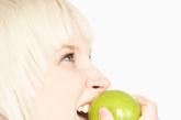 专家支招:有胃及十二指肠溃疡、胃酸过多的病人,不宜食山楂、柠檬、杨梅、李子等酸性较高的水果,以免增加胃酸分泌,刺激胃黏膜,影响溃疡愈合。