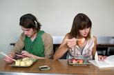 专家支招:每天早起15—20分钟,起床半小时之后静心坐下来吃早餐。吃饭时把注意力放在食物上,细嚼慢咽、享受食物,这样的进餐胃最喜欢。