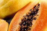 木瓜:木瓜250克,切片后放入1000克米酒或低度白酒中,浸泡两周后启用,每次饮用15毫升,每日两次,连服两周,能治肾虚和缓解男性生理功能障碍。(资料图)