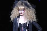 爆炸发+黑纱。一头黑纱大爆炸,配上有些艳俗的妆容,就如一个僵尸版的俏芭比。