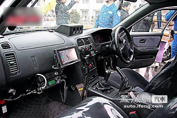 除警灯警报控制器,对讲机等设备外,这部车还装有gps.