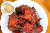 烤乳鸽:鸽肉通常跟鼠肉一样容易被人忽略,但是请相信我们,鼠肉没有这么好味。 一般来说,广式乳鸽以酱油炖煮,佐上米酒和八角后放进焗炉即呈现完美的脆皮。 这道平民而令人大快朵颐的菜式是香港版的北京烤鸭。老字号的太平馆餐厅佐敦茂林街 19-21 号,电话:852 2384 1703,亦有其她份店,乳鸽是其招牌菜式;另外大围的萃华酒家亦是评价良好的乳鸽餐厅:大围村南道 51 号。