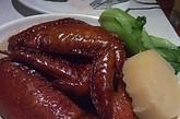 瑞士鸡翼:瑞士鸡翼的故事源于一位外国人,鸡翼甜甜咸咸的香味今她惊喜,便询问侍者这道「香甜」菜肴的名字。 侍者以为她是指鸡翼起源于瑞士,于是瑞士鸡翼这个菜名就此诞生。 瑞士汁是一种香浓、甜美的豉油,现已成为许多广东家庭的必备菜式。 太平馆淋上瑞士汁的鸡翼风味出色,翼骨入口即化。