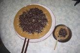 砵仔糕:小贩们用手掌大小的瓷碗炊着热腾腾的砵仔糕,这幅景象是一些人对八零年代印象,而坤记糕饼为我们重现孩童时代难以忘怀的美味。 来自顺德的傅家自 1965 年起,就开始手工制作各类糕点。以米研磨而成的黏稠米面粉为原料,佐上白糖或黑糖制作出招牌口味砵仔糕,有时亦会加入红豆增加口感。 就连行政长官曾荫权都曾特地到访一尝其滋味。坤记糕饼专家:深水埗福华街 115-117 号北河商场地下 10 号铺