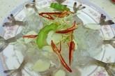 登龙街泰式生虾:幽暗的灯龙街大概不是香港享用最佳有壳海鲜的地点,然而泰成菜馆的生虾却让我们百吃不腻。 生虾以冰块铺盘,搭配几片生蒜,泰成的生虾新鲜可口、鲜味十足。 这道可口佳肴最适合佐以泰式辣酱食用。泰成菜馆:铜锣湾登龙街 36 号登辉大厦,电话:  852 2834 2500