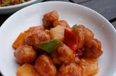 咕嚕肉:这不是鬼佬的菜式! 咕嚕肉亦是香港人相当钟情的一道菜。 传统的广式作法是使用醋、腌梅以及山楂糖,制作出接近鲜红色的糖醋酱。 现在普遍的作法已改为用番茄酱与色素制成。 咕嚕肉是一般广东餐厅很普通的菜式,在任何有名的餐厅都可点用,不过我们推荐品质稳定的好彩海鲜酒家,在各地皆有份店