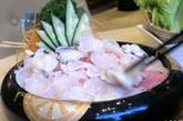 时髦火锅:打边炉在香港已成为社交活动,特别是家人会拿此作藉口,在寒冷的冬夜小聚一番。 身为一个新潮且挑嘴的港民,务必不能放过全城最新食肆。 美味厨是近期炙手可热的火锅餐厅,以不同口味及颜色的七色墨鱼丸享誉盛名,其内馅就像健达出奇蛋 一样令人惊喜。 本站心头好是美味厨的芒果酿猪肉丸。 锅底亦能成为餐桌上的争议:从清淡的蔬菜汤底、粥底、豆奶汤底,到美味厨独创的冬荫功「cappuccino」汤底,各种锅底任君选择。美味厨:湾仔湾仔道 165 至 171 号乐基中心 5 楼,电话: 852 2866 8305
