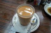 奶茶:奶茶是饮品的殖民主义。 你可以说下午茶是英国最普遍的习惯,各行各业的香港人亦乐在其中;而奶茶则是英国传统融合华人感性的最佳代表。 一流奶茶是用独特的锡兰红茶,透过尼龙网的棉线网过滤,再拌入炼乳所制成。 喝起来有点苦味、香醇浓郁,并且如丝质般顺口。食客强力推介金凤茶餐厅,位于湾仔春园街 41 号,电话: 852 2572 0526,兰芳园檔口:中环结志街 2 号,电话: 852 2544 3895,还有获选为「奶茶王」的大发茶餐厅:元朗洪水桥翠珊园地下 5 号铺