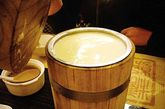 豆腐花:豆腐花是一道看似简单,尝起来口感复杂,令人满足。 提到豆腐花不能不提建兴,它位于郊区的南丫岛,由两位年长的夫妇经营,该店除了「豆腐花」之外没有别的东西。 其豆腐花滑嫩顺口,淋上些许的糖水并加入黄糖;糖的浓烈甜味正好与传统的豆腐味道互补。榕树湾走至洪圣爷湾「发电厂」海滩即可到达。