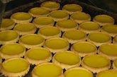 蛋挞:如许多经典香港美食一般,蛋挞刚开始是英式下午茶吉士挞的翻版,而后改制成本地中式口味。 自 40 年代起蛋挞开始流行,坊间出现两种蛋挞:一种是酥脆的外皮,另一种则是香甜的牛油饼皮。 两者皆有丰富的吉士酱,相较英国吉士挞与葡挞的蛋香来得浓厚,比较少奶油。泰昌饼家的牛油饼皮蛋挞:中环摆花街 35号,电话:852 2544 3475, 酥脆外皮可至檀岛咖啡饼店:湾仔轩尼诗道176 号,电话:852 2575 1823,以及周润发最钟意的豪华饼店,或许还能在哪里遇到她:九龙城衙前围道136号,电话: 852 2382 0383.
