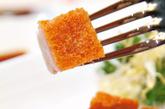 冰烧三层肉:一块好的「烧肉」的面部应该要有酥脆的外皮,中间滑嫩的猪肉则有着晶亮的油脂,底部则以咸辣的味道作为完为。 冠有「三层肉」的称号,将轻盈的肉块蘸上芥末,衬出香薄猪腩肉令人惊喜的肉质和风味。利苑酒家的烧肉是其热门菜式。 多处份店,
